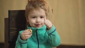 吃比萨的美妙的小孩 关闭吃一可口比萨并且显示他的与a的乐趣的一个小男孩 股票录像