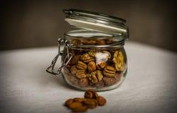 坚果混合的侧视图在罐头的 免版税库存照片
