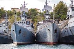 塞瓦斯托波尔,克里米亚- 2014年9月:一个小组被停泊的军舰 图库摄影