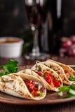 墨西哥烹调的概念 与菜,豆,辣椒粉,在油煎的未膨松面制面包的辣椒的墨西哥开胃菜炸玉米饼 库存图片