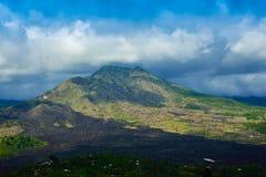 壮观的在多云天空蔚蓝下的山和绿色雨热带森林浪漫看法  免版税库存照片