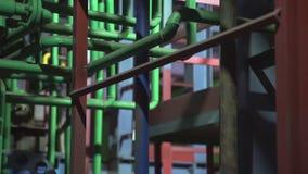 复杂的管道系统在明亮地被点燃的宽敞的房间 股票视频