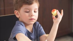 复活节庆祝概念 装饰复活节彩蛋的愉快的小男孩为假日 股票录像