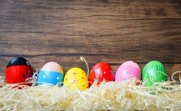 复活节彩蛋五颜六色的装饰木墙壁背景 免版税图库摄影