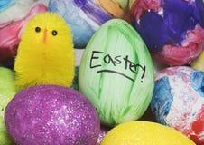复活节彩蛋和婴孩玩具小鸡 库存照片