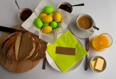 复活节早餐或早午餐的演播室照片在绿色和黄色颜色 库存照片