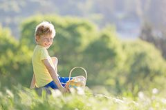 复活节时间的男孩 免版税库存图片