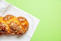 复活节面包,在绿色,顶视图的希腊tsoureki辫子 免版税库存图片