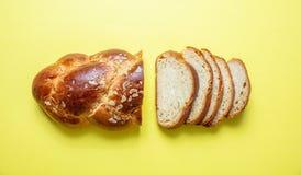 复活节面包,在黄色颜色,顶视图的希腊tsoureki辫子 库存图片
