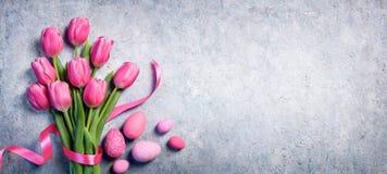 复活节-郁金香花束和鸡蛋 免版税库存照片
