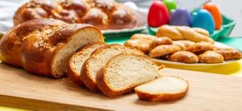 复活节tsoureki辫子切片,希腊复活节甜面包,在木头 免版税库存图片