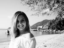 夏天海滩年轻白肤金发的妇女特写镜头画象  免版税图库摄影
