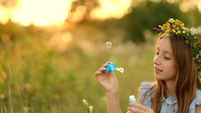 夏天草甸的女孩