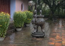 大古铜色jasso棍子祷告缸在颜色的,越南Thien Mu塔 库存照片