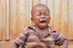 大声大声呼喊一个小肮脏的可怜的非洲的孩子 免版税库存图片