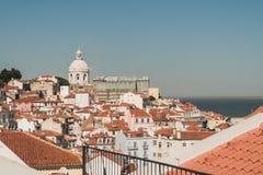 大厦的屋顶的看法在里斯本旁边,葡萄牙港的  免版税库存照片