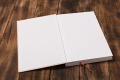大模型杂志或编目在木桌上 免版税库存图片