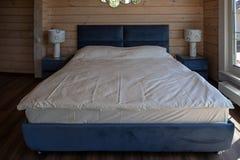 大整洁的双人床在豪华旅馆里 库存照片