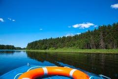 天空蔚蓝和蓝色湖在夏天 白色云彩在大海反射 著名湖Seliger 俄国 免版税库存图片
