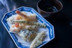 天麸罗大虾和鱼服务用酱油在日本料理店 库存图片
