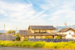太阳能盘区,创新的光致电压的模块为生活绿化能量 免版税库存照片