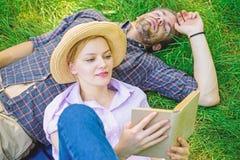 夫妇知己在浪漫日期 在爱的夫妇在公园花费休闲阅读书 家庭享受与诗歌的休闲 图库摄影