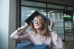 失望的女孩做了在头一个屋顶由膝上型计算机 哀伤的女孩出故障和哭喊 截止日期 库存图片
