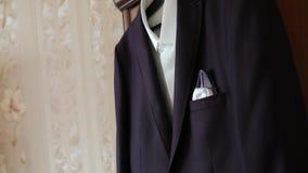 夹克在壁橱垂悬 有一件衬衣的夹克在挂衣架 股票录像