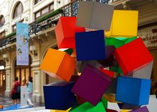 多彩多姿的任意地被安排的塑料立方体的构成 图库摄影
