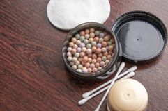 多彩多姿的concealer搽粉在黑匣子的构成 图库摄影