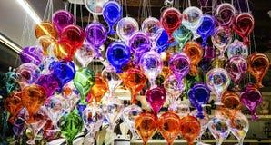 多内部的颜色玻璃装饰与光反射 免版税库存图片