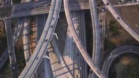 多辆有交通水泥连接点桥梁的车繁忙的高速公路路在华美的顶面空中寄生虫全景跨线桥 股票录像