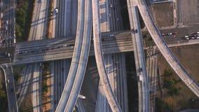 多辆有交通水泥连接点桥梁的车繁忙的高速公路路在惊人的顶面空中寄生虫全景跨线桥 股票录像