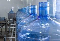 处理的水装瓶专线 免版税库存图片