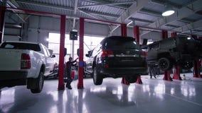 处理的汽车,专业技工男性培养在推力的汽车修理的在自动服务 股票视频