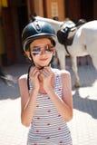 头戴她的盔甲的青少年女孩在训练前 免版税库存图片