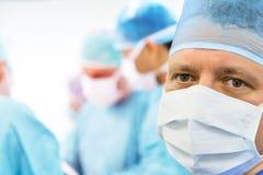 外科医生的扫视在手术室 免版税库存照片