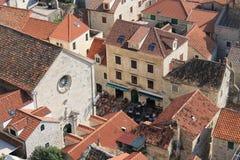 奥米什克罗地亚的历史的中心的红色屋顶的看法反对海的 免版税图库摄影