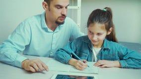 女孩将哭泣,当做家庭作业与严密的父亲一起时 股票视频