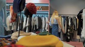 女孩在服装店陈列室里 影视素材
