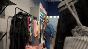 女孩在服装店陈列室里 股票录像