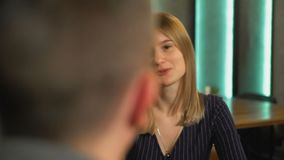 女孩和人在城市咖啡馆谈话 影视素材