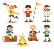 女孩和男孩野营的服装的 弹吉他在营火附近和烤在营火的孩子蛋白软糖 库存例证