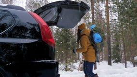 女孩游人采取她的从汽车的后车箱的背包 影视素材