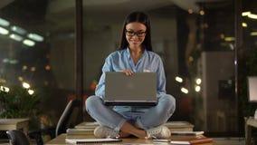 女孩满意对工作做的结束膝上型计算机,项目的成功的完成 股票录像