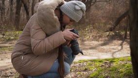 女孩摄影师为纹理和自然照相 股票视频