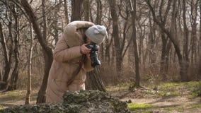 女孩摄影师为纹理和自然照相 股票录像