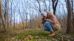 女孩摄影师为纹理和自然照相 影视素材