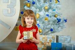 女孩拿着有礼物的Masha一个箱子 免版税库存图片