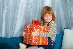 女孩拿着有礼物的Masha一个箱子 图库摄影